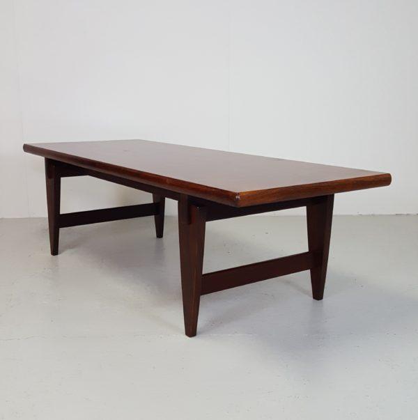 rustikt sofabord med hylde