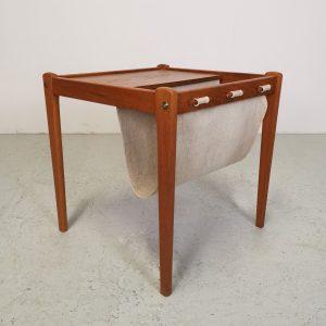 Sidebord i teak og avisholder i lærred